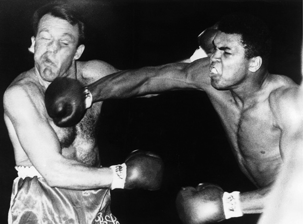 08/06/1966. The American boxer Muhammad ALI kept his heavyweight world champion title by beating the British boxer Brian LONDON in London, on the third round. Le 6 août 1966, à Londres, le boxeur américain Muhammad ALI conserve son titre de champion du monde poids lourds en battant l'Anglais Brian LONDON à la troisième reprise.